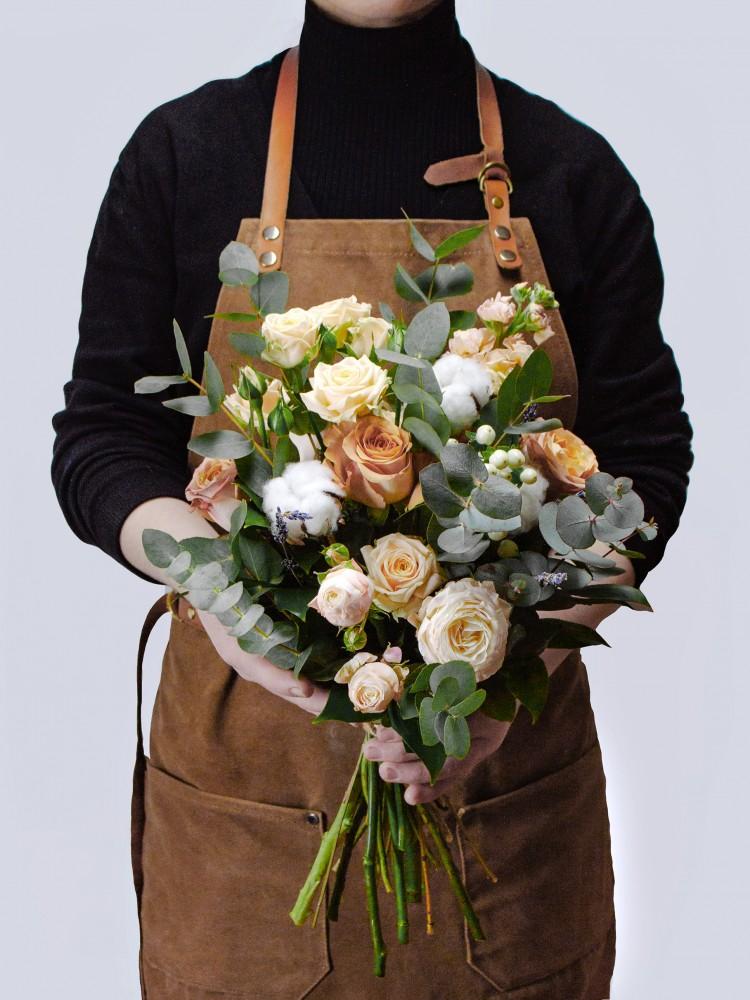 Букет «Лалит» из винтажных роз, эвкалипта и хлопка